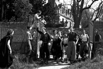 Pierre Jamet - 1937 Accueil des ajistes à l'auberge de Villeneuve sur Auvers. Dina Vierny est sur la grille