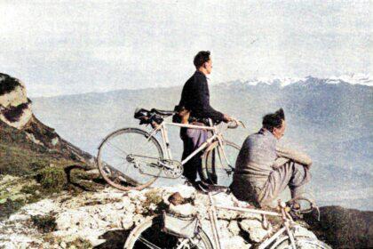 J. et M. Routens au sommet du coi de l'Arc. En face les Alpes, au pied, la vallée du Drac.